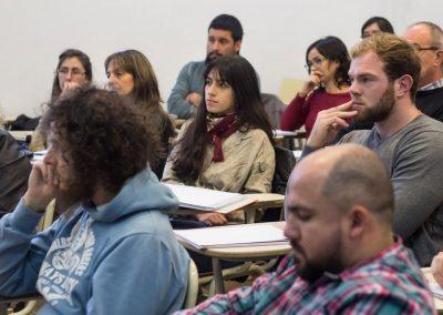 Estudiantes y docentes en charla