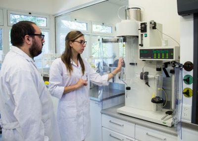 Investigadoras/es en el laboratorio