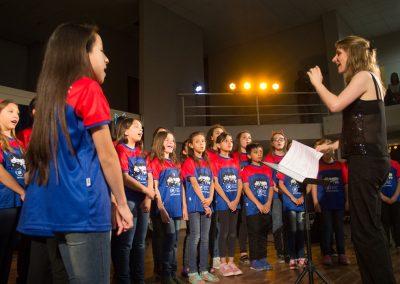 Actuación del coro de niñas y niños