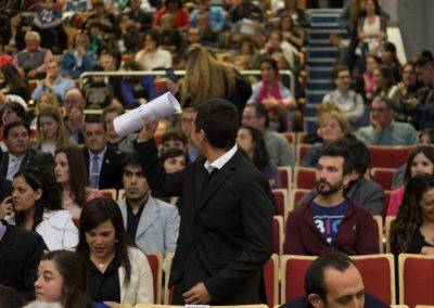 Egresado recibe su diploma