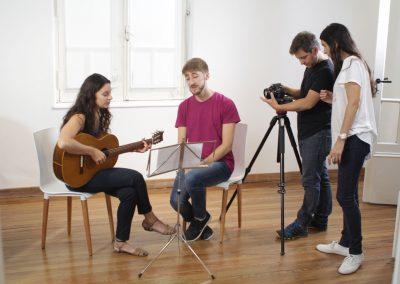 Músicas/os y diseñadoras/es audiovisuales grabando Videoclip