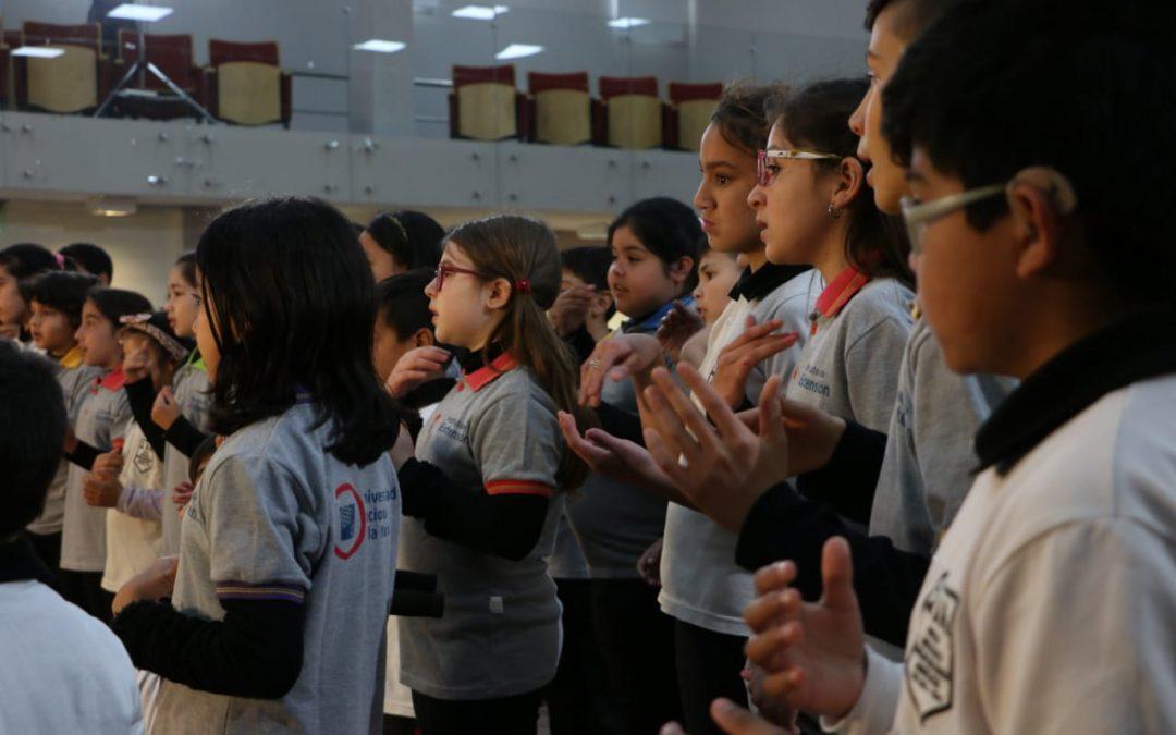 Niños y niñas cantaron el Himno Nacional en Lengua de Señas
